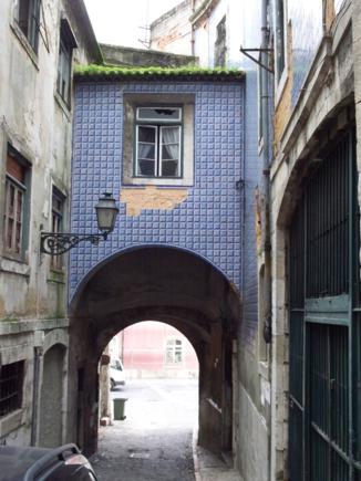 Casas con fachadas cubiertas de azulejos
