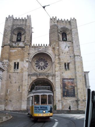 Catedral de Santa Maria. Los tranvías pasan junto a ella.