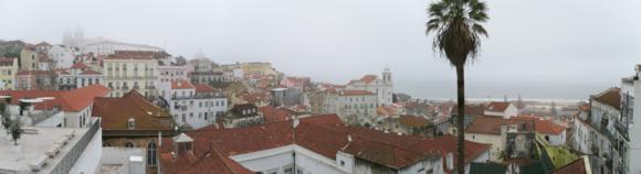 Panorámica bajo la niebla en el Barrio de Alfama
