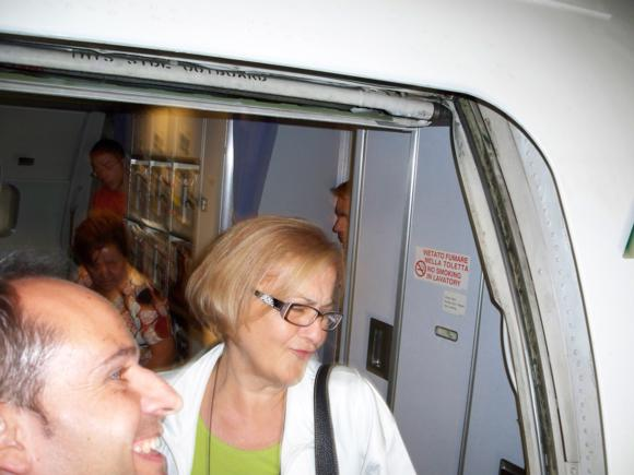 Saliendo del avión en Caracas. La mujer del Cónsul Italiano.