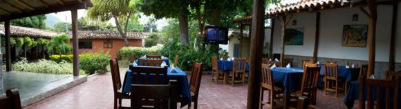 El patio del restaurante, muy acogedor y cuidado.