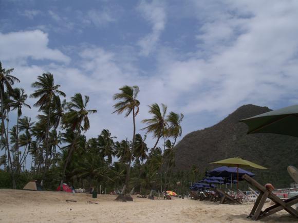 Playa Grande, con su zona de acampada al fondo.