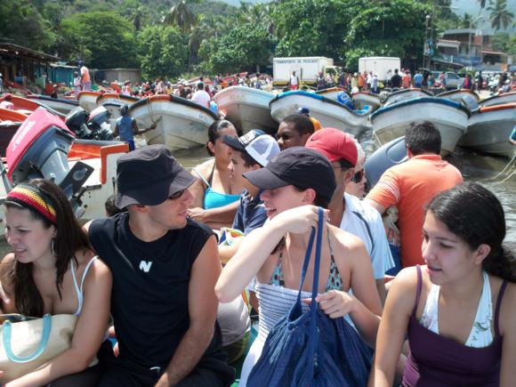 Lanchas y gente amontonada para partir hacia las playas.