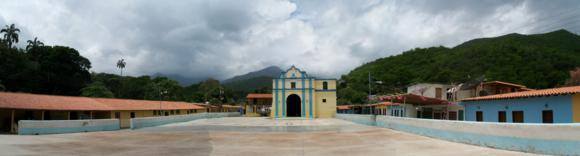 La iglesia del pueblo y la plaza central.