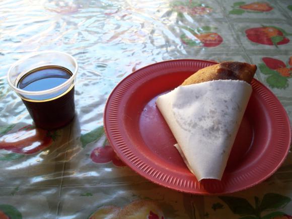 Empanada de gallina pipiada y café largo.