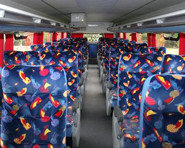 Interior de los autobuses de dos piso. Las butacas se convierten en semicamas.