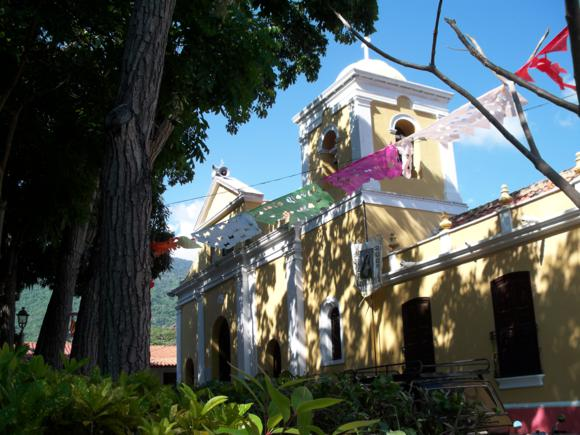La iglesia del pueblo, con la decoración de las fiestas patronales.