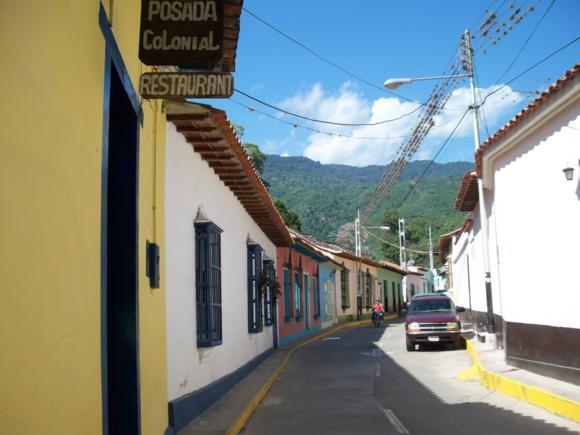 Calle de Choroní, decorada con colores vivos.