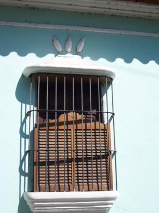 Frutos del cacao en puertas y ventanas.