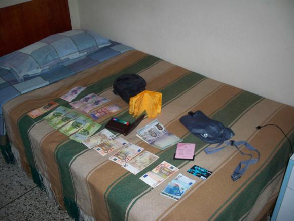 Todo el dinero, pasaporte, carnet de vacunación...todo empapado.