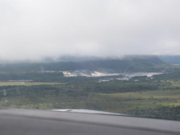 Llegada a Canaima, la cascada y la laguna al fondo.