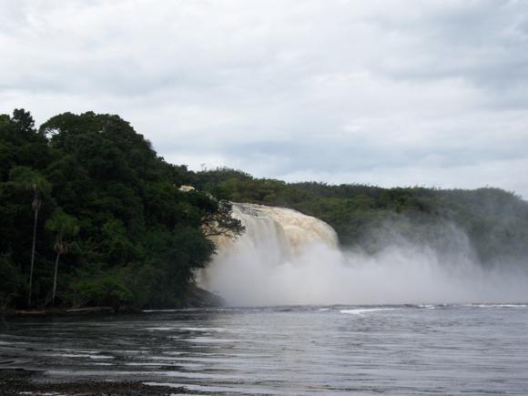 Los saltos de agua desde el río Carrao. Su color rojizo es debido a su alto contenido en sedimentos.