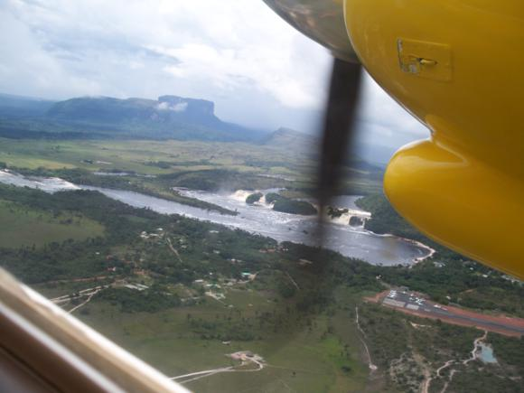 La vista desde la avioneta sirve de despedida de la laguna y los saltos de agua.