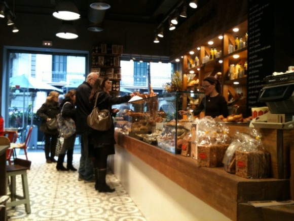 El espacio de degustación frente a el expositor con todos los productos.