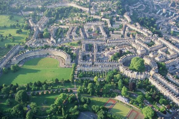 Vista aérea de la ciudad de Bath. El campus principal a la izquierda en forma de media luna.