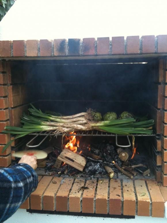 Los calçots se asan a fuego vivo.