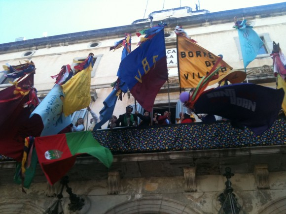 Las banderas después de la batalla en el balcón del ayuntamiento.