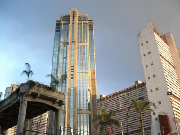 Torre oeste, en Parque Central. Junto a la parada de autobuses que lleva al aeropuerto.