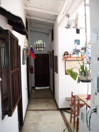 La entrada de la posada. Las habitaciones a lado y lado.