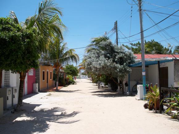 Calle de Gran Roque con las posadas a lado y lado.