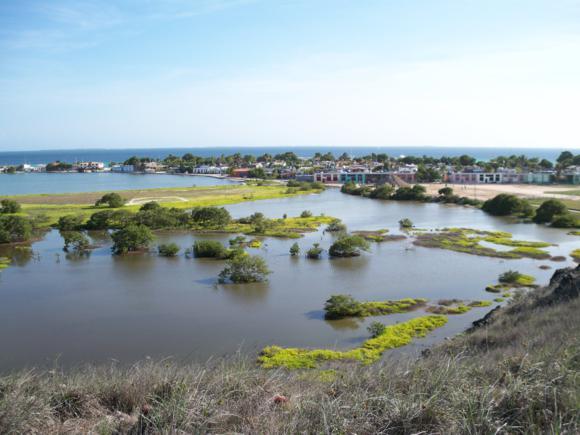 Laguna interior frente al aeropuerto y el pueblo de Gran Roque al fondo.