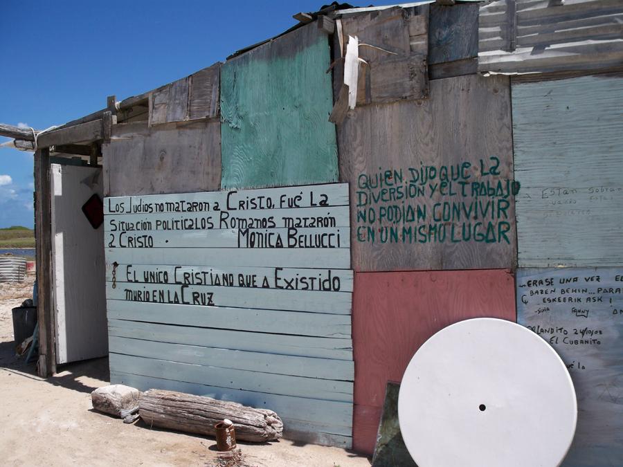 Detente a leer sus frases pintadas en las paredes.