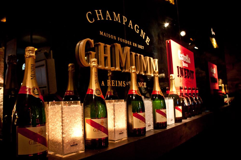 El expositor de champán te da la bienvenida.