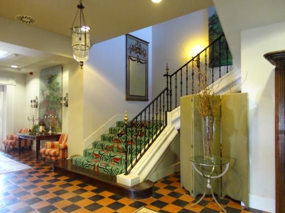 Escalera de acceso a las habitaciones del primer piso.