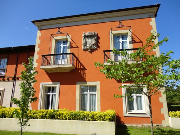 Las fachadas de construcción moderna combinan con el estilo clásico del palacio original.