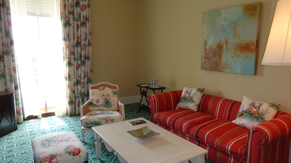 Habitaciones amplias con sala de estar incluso en las más sencillas.