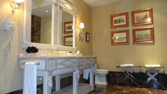 El baño sólo podría ser mi salon de casa...