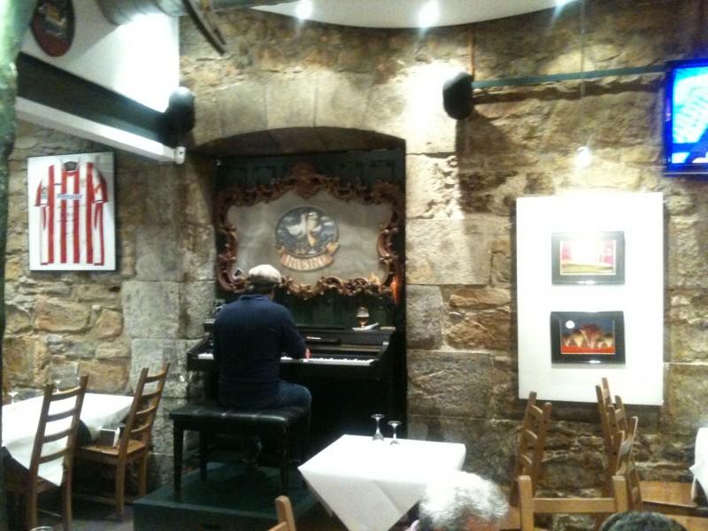 El pianista tocaba la última pieza mientras los camareros iban recogiendo las últimas mesas.