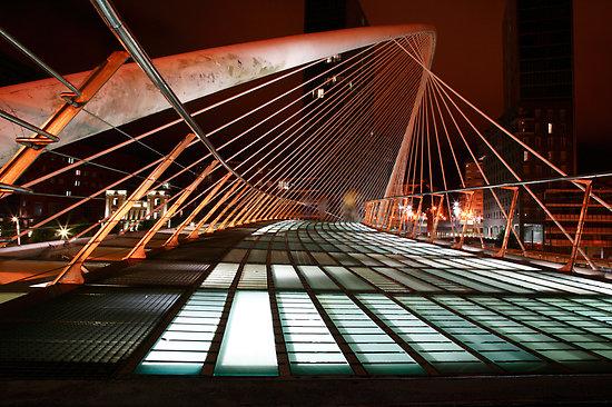 El suelo de cristal iluminado por la noche (Foto: John Gaffen)