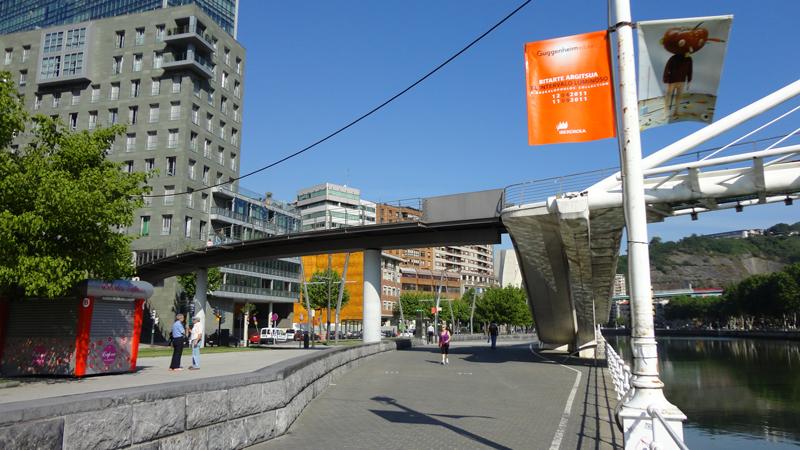 La pasarela añadida por el Ayuntamiento que une el puente con el nivel superior de la calle.