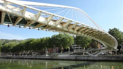 El Zubi Zuri, el puente del arquitecto Calatrava sobre la ría de Bilbao.