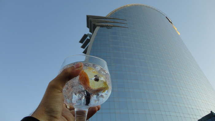 El hotel W Barcelona de fondo en el evento.