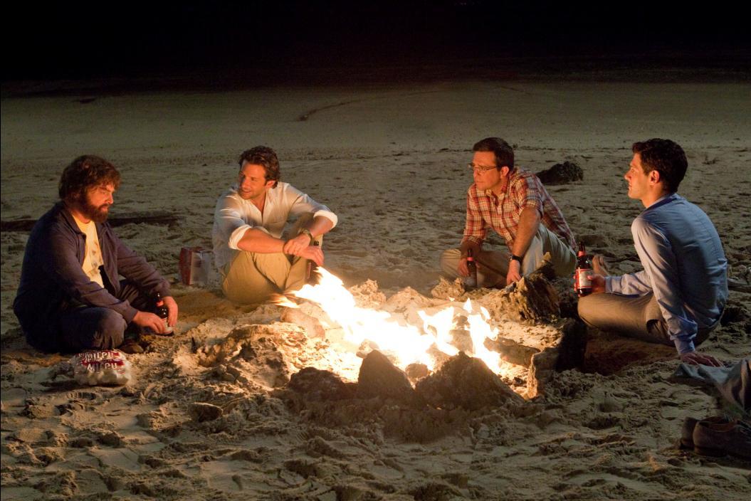 Fiesta en la playa con cerveza americana y nubes.