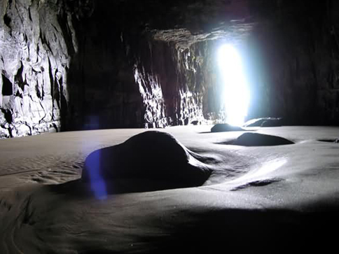 Formas misteriosas en el interior de la cueva.