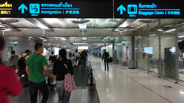 Aeropuerto de Suvarnabhumi. Las indicaciones azules te guían hasta inmigración.