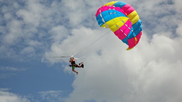 El tipo que guía el paracaídas no va atado a nada.