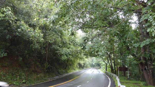 La carretera es buena, y el paisaje interesante.