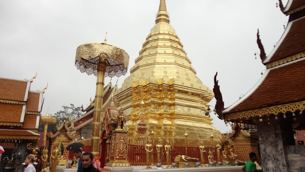 Interior del templo doi Suthep.