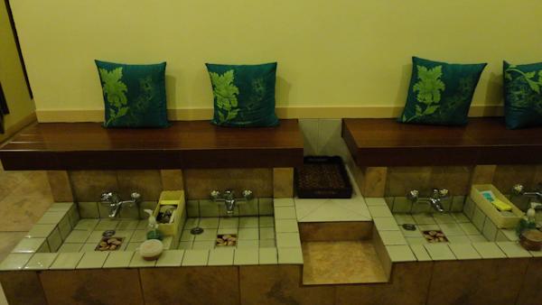 El lavado de pies, imprescindible para empezar el masaje.