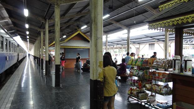 Ya de buena mañana los vendedores y viajeros empiezan a circular por la estación.
