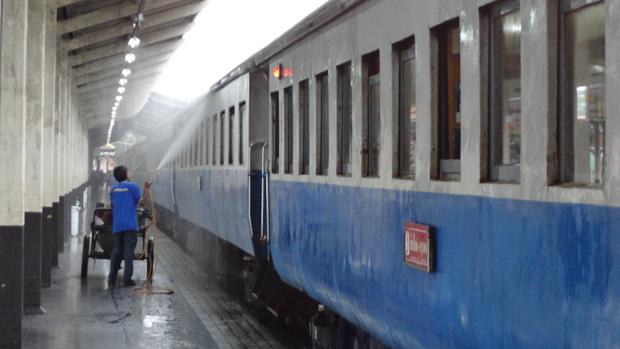 Al final de cada trayecto, se lava el tren con agua a presión.