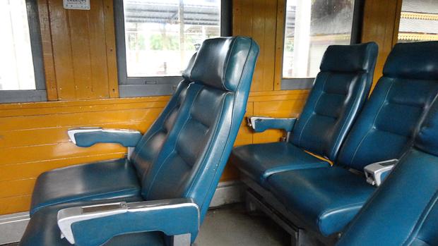 Asientos amplios y reclinables en segunda clase.