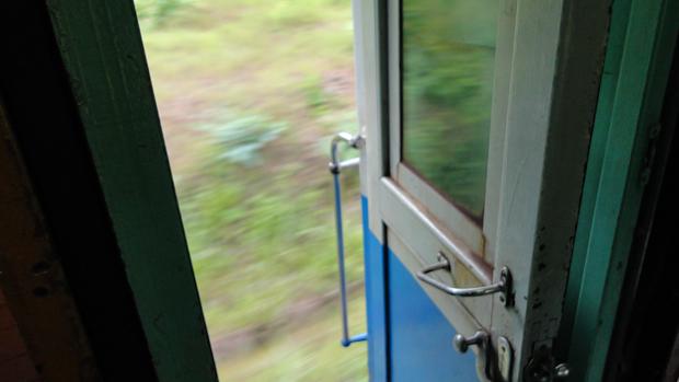 Las puertas del tren van abiertas y se usan para tomar el fresco y para fumar.
