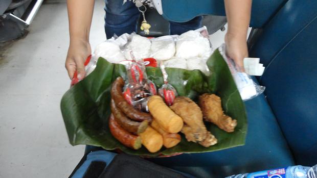 Salchichas, pollo frito y embutidos con arroz para comer.