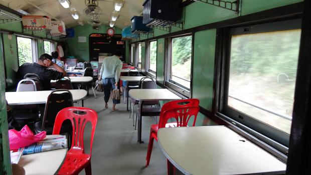 El coche restaurante, con la cocina negrísima al fondo.
