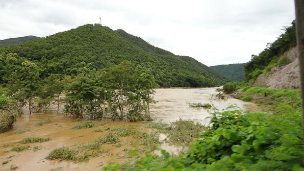 El río muy crecido junto al recorrido del tren que días después tuvieron que interrumpir.